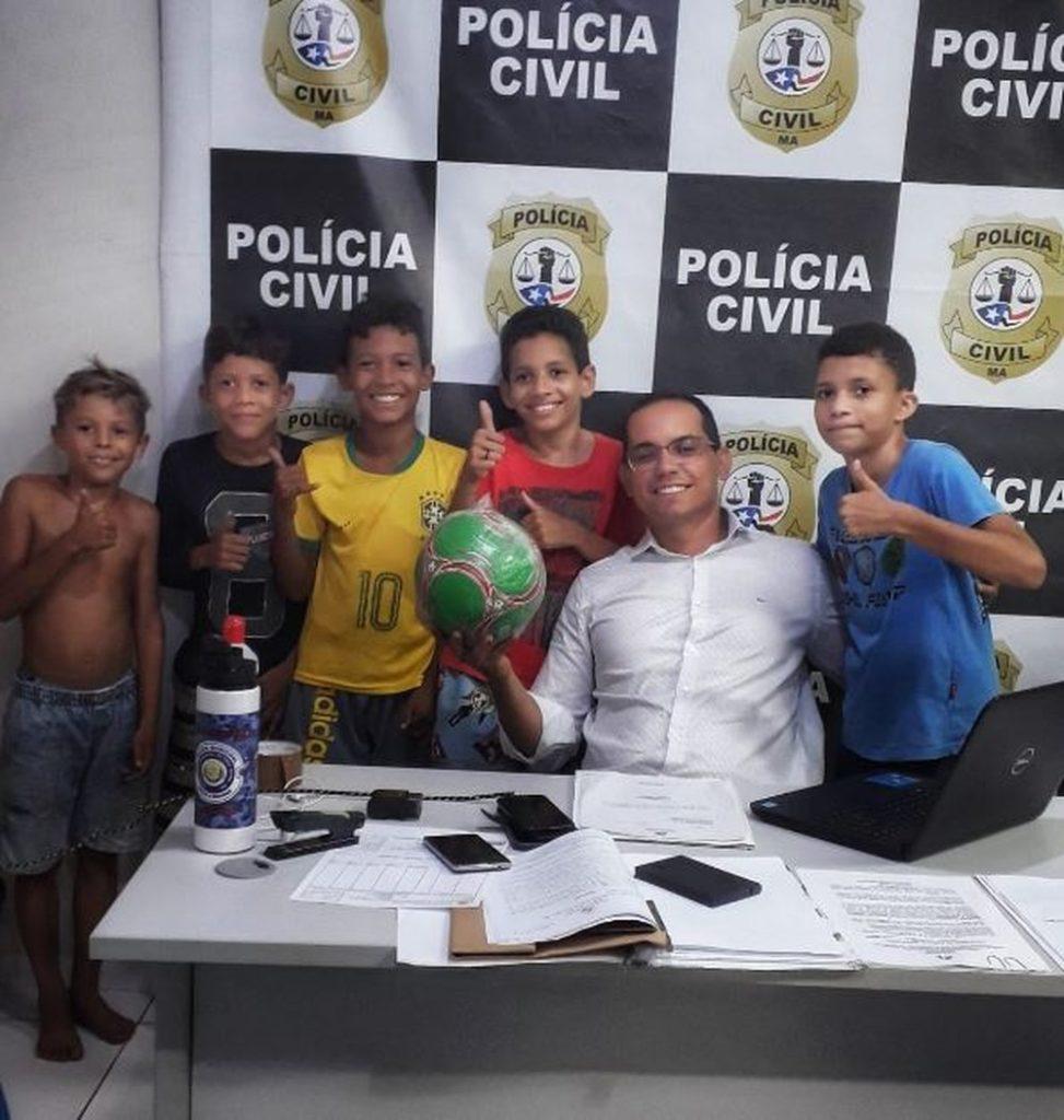 Delegado ajuda crianças